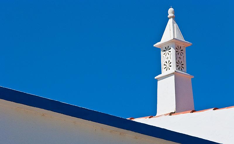 ©Javier I. Sanchís / countrysessions.org Las construcciones del Algarve, en Portugal, se caracterizan por casas blancas con tejados de teja coronados por chimeneas blancas de gran tamaño. Tanto las casas […]