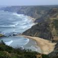 Continuamos nuestra ruta por la Costa del Algarve, esta vez por la zona más occidental y por tanto más golpeada por la fuerza del Atlántico. Estas dos playas están unidas […]