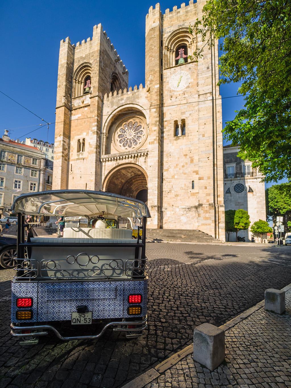 Tuk-tuk frente a la Catedral de Lisboa © Javier Abad / countrysessions.org